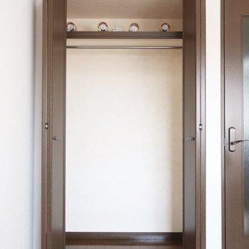 クローゼットはここだけだから、上手な収納術を編み出してね!※写真は2階の同間取り別部屋、モデルルームのものです