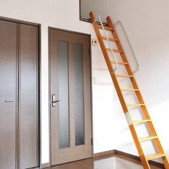 天井が高いから思いっきり背伸びしよっと♩※写真は2階の同間取り別部屋、モデルルームのものです