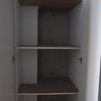 玄関入ってすぐに靴箱。※写真は別部屋です