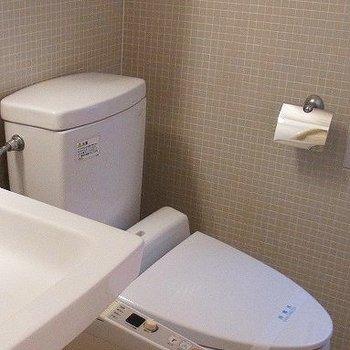 洗面台の横にトイレ。※写真は別部屋です