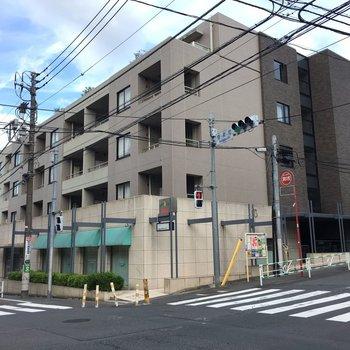 1階にコンビニの入っている交差点付近のマンション!