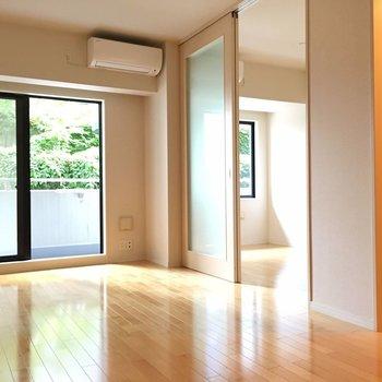 リビングと寝室はクリアなスライドドアで区切ります ※写真は別部屋