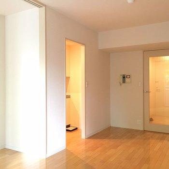 窓側から。玄関からのドアもクリア。※写真は別部屋