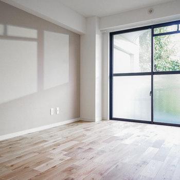 リビング横の寝室は光も十分に※写真は別部屋