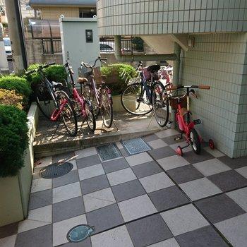 駐輪スペースは建物内に