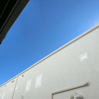 窓を開け、上を見上げると。青い空と白い建築。