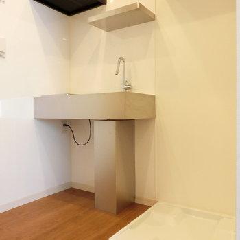 キッチンと室内線躍起置き場の配置。