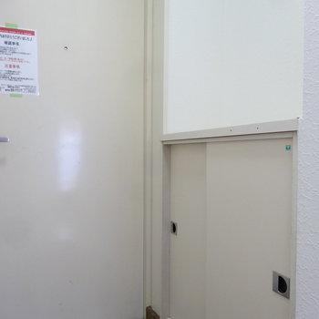 玄関にはシューズボックスも。