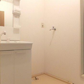 洗面台、使いやすそうな棚が付いています!(※写真は1階の別部屋)