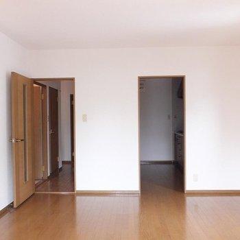 リビングの窓から。右奥がキッチンです。(※写真は1階の別部屋)