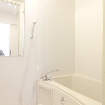 明るいお風呂。浴室乾燥機付き。