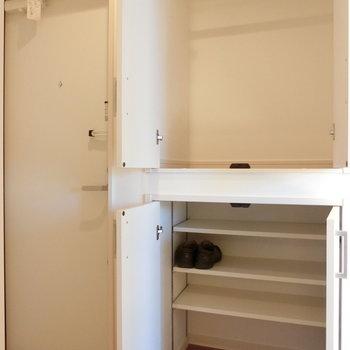 玄関横の下駄箱と収納。