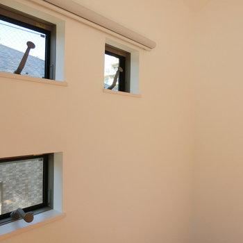 正方形の換気窓が3つ。ハンドルを回して開ける形です。