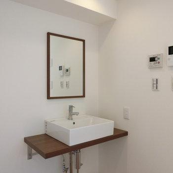 軽やかシンプル、独立洗面台。