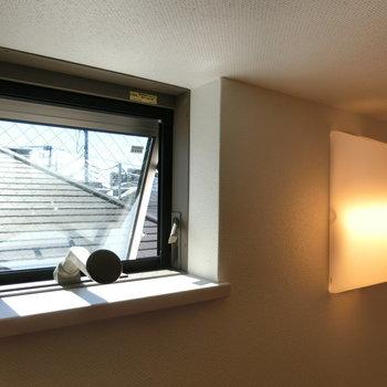照明と窓からの自然光。