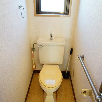 個室トイレには窓も!