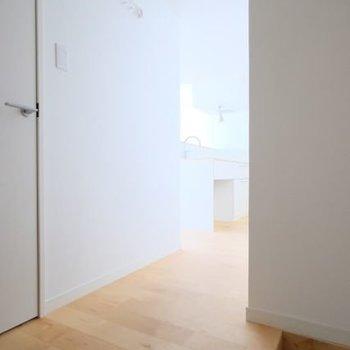 玄関から居室へ抜ける廊下の景色も雰囲気があって素敵だ……※写真は前回募集時のものです