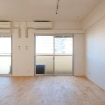 ただいまと言うと、大きな窓と無垢床があなたを出迎えます。※写真は前回募集時のものです