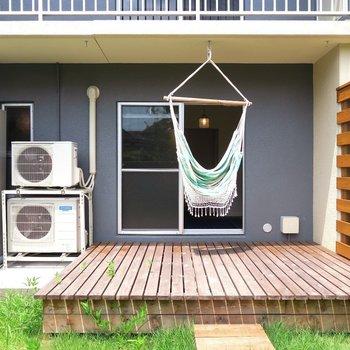 大きなウッドデッキもポイント◎窓辺にハンモックを吊るすのもあり!