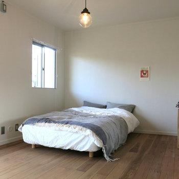 2階の寝室はベットを置いただけなのに絵になっちゃう。※間取り反転です!!