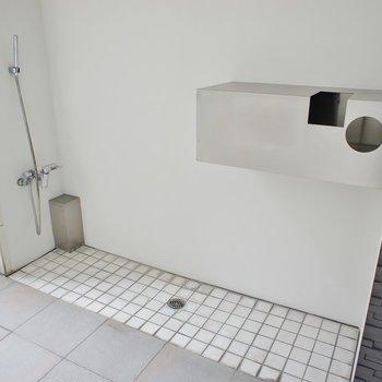 エントランス裏側に洗い場が!汚れたものがあれば、ここで洗い流そう!