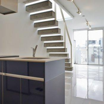 キッチンとコンクリの階段以外はほぼほぼ白なのでお部屋の中が明るいです
