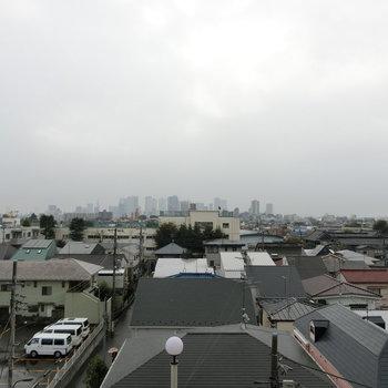 共用部方の眺め。遠くには高層ビルがありました。
