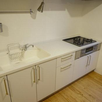 キッチンは3口ガス、グリル付き!