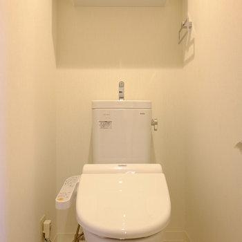 トイレには扉付き収納あり。ウォシュレットも設置済みです!