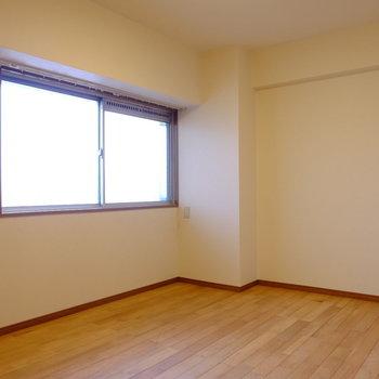 【洋6】こちらは玄関横。エアコンは無いので窓用エアコンの設置を検討しても◎