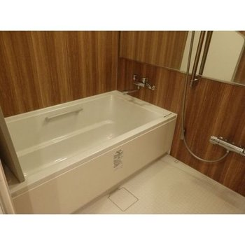お風呂もナチュラルで開放的〜。浴室乾燥機で洗濯物を干すことも可能。