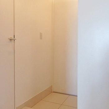 玄関も真っ白。