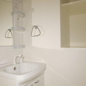 洗面台と便利な収納※電気が付けば明るいです!