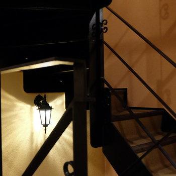共用階段の照明もメルヘン