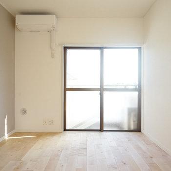温かみのある無垢床とベージュの壁紙の相性GOOD