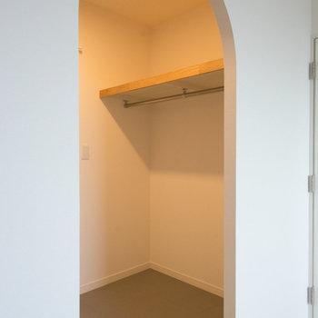 リビング横の収納はアーチ型の入り口から※写真はイメージです