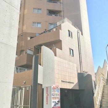環七通り沿いの大きなマンションなんです※写真は前回募集時のものです