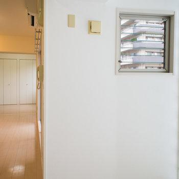 小さな小窓も付いていて、換気もバッチリ。※写真は6階の同間取り別部屋です。