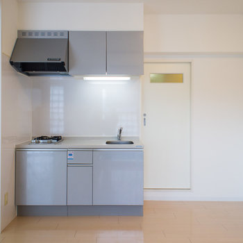 キッチン横の扉の奥は水周りです。※写真は6階の同間取り別部屋です。