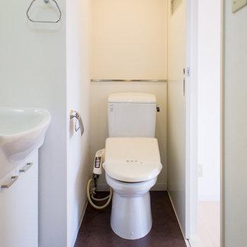 脱衣所にお手洗いも一緒にあります。※写真は6階の同間取り別部屋です。