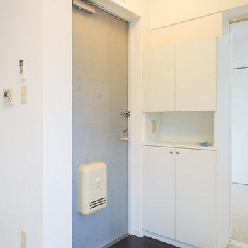 溶け込みすぎてうっかり見過ごしてしまいそうな玄関。※写真は6階の同間取り別部屋です。