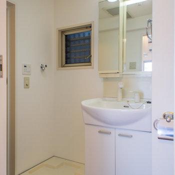 脱衣所にも小窓があって換気バッチリ♪※写真は6階の同間取り別部屋です。