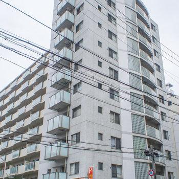 建物1階部分はコインパーキングです。