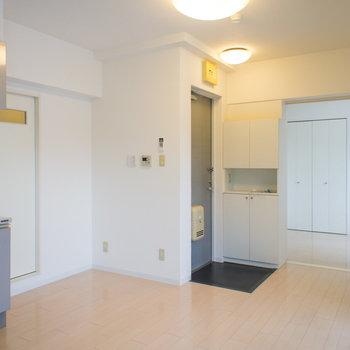 玄関も違和感なく溶け混んでいます。※写真は6階の同間取り別部屋です。