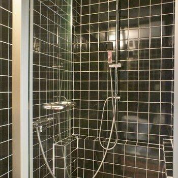 シャワールーム、ま、お掃除楽チンですし