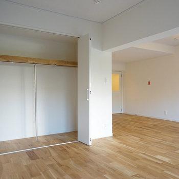 リビングには省スペースの折れ戸の収納を