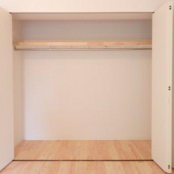 リビングには省スペースの折れ戸の収納を※写真はイメージです