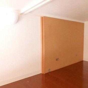 ロフトのこの壁、物置として使うときの間仕切り。 ※写真は同間取り別部屋
