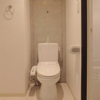 洗面台横にトイレがあります。 ※写真は同間取り別部屋