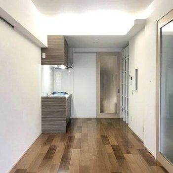 木目調の床が素敵です(※写真は5階の同間取り別部屋、清掃前のものです)